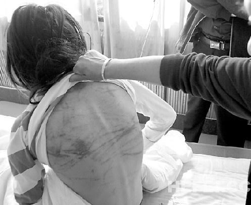 13岁女孩偷衣服被罚跪